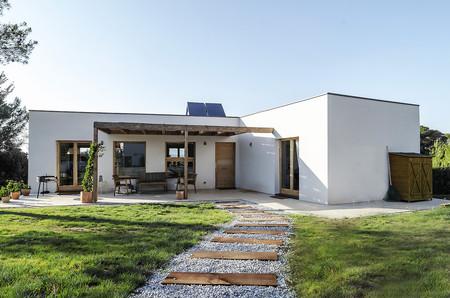 Puertas abiertas: una casa funcional y sostenible en plena naturaleza