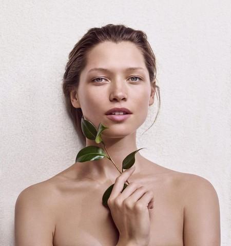 Este verano Clarins nos propone un maquillaje muy natural, cargado de optimismo y con efecto buena cara