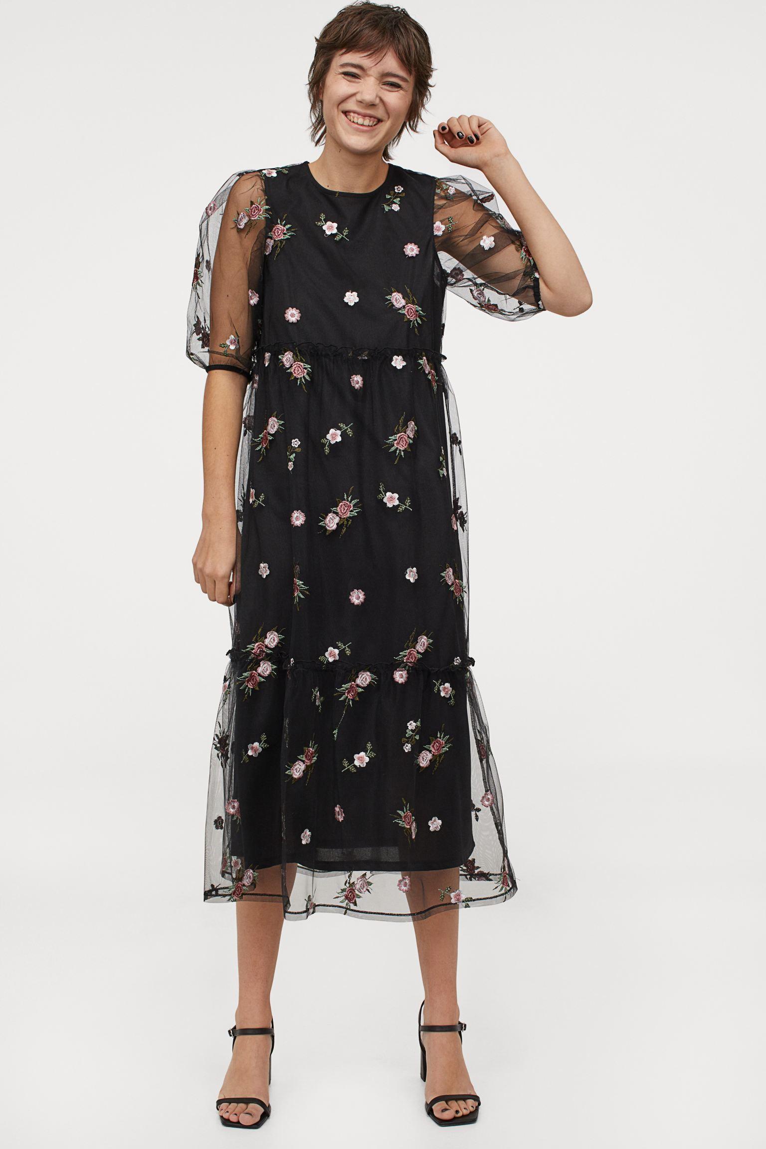 Vestido con sobrecapa de malla bordada con flores