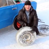 Y así es como el ruso Vlad soluciona los pinchazos: con neumáticos de hielo macizo