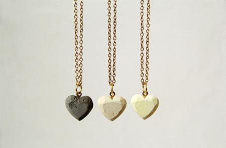 Un DIY genial: Original colgante hecho con un corazón de cemento