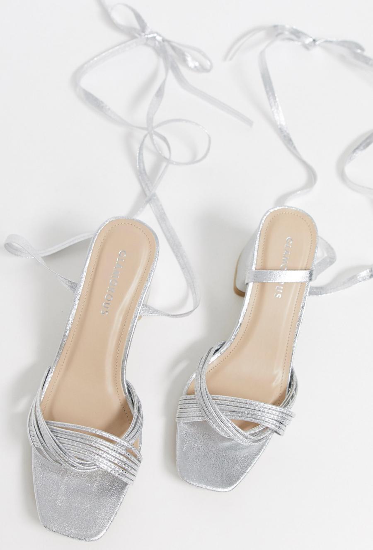 Sandalias de tacón cuadrado anudadas al tobillo en plateado de Glamorous