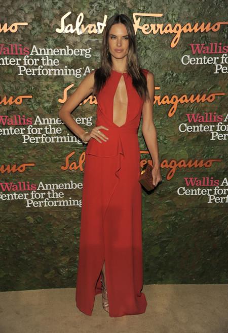 Alessandra Ambrosio en la Gala inaugural del Centro de Artes escénicas Willis Anneberg con un vestido rojo
