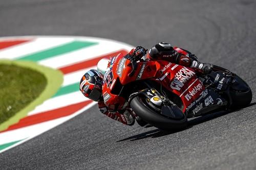 Danilo Petrucci resiste el asedio de Marc Márquez para conseguir su primera victoria en MotoGP