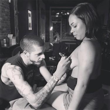 Tatuajes que devuelven la confianza: los pezones tatuados tras un cáncer de mama