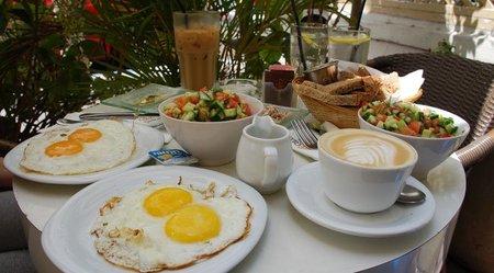 Los niños que desayunan solos comen alimentos menos saludables