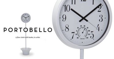 Reloj de pie con cesta de almacenaje