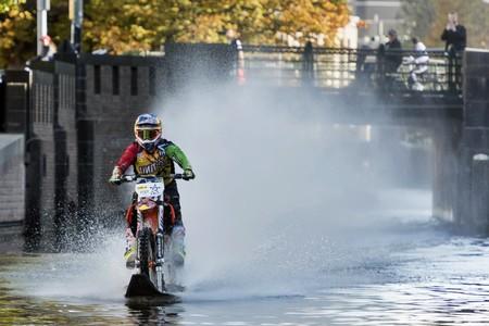 Robbie Maddison ha vuelto a surcar las aguas en moto, esta vez en un canal de La Haya