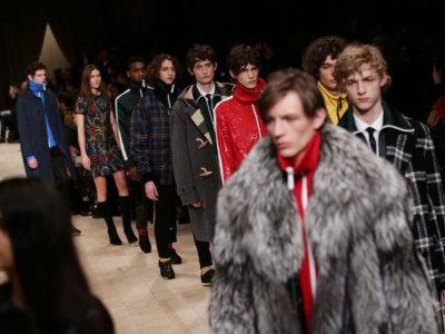 Sudaderas de chándal con abrigos de paño y entre medias, lentejuelas. Así es el próximo invierno de Burberry