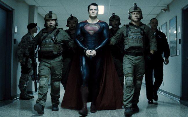 Superman es esposado por el ejército (no por mucho tiempo)