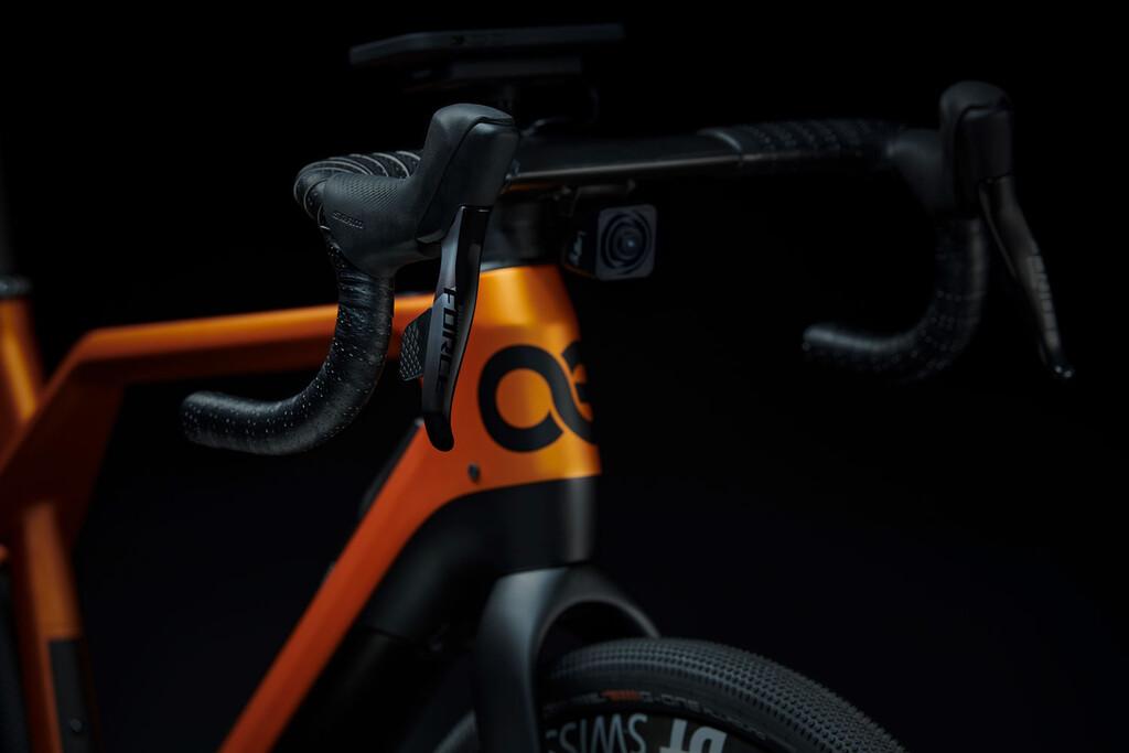 Porsche estrena Cyklær, su nueva marca de bicicletas eléctricas con cámaras integradas y carga por inducción para el móvil