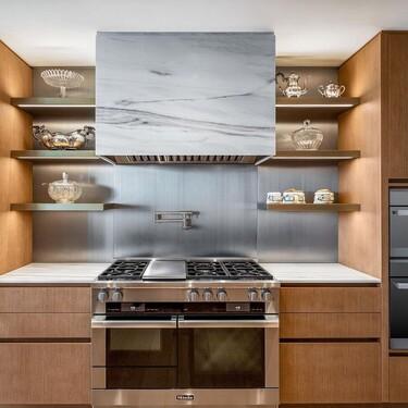 Alerta tendencia: la campanas de cocina se diseñan de obra lisas o con algún revestimiento de la cocina