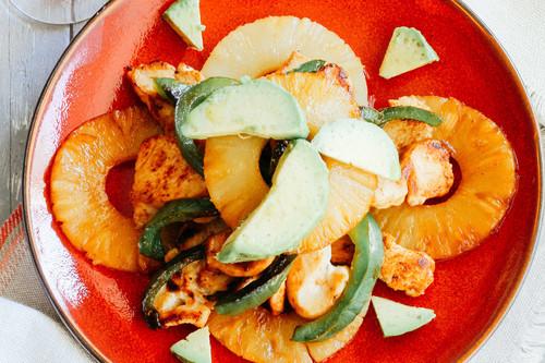 Ensalada de pollo con piña y pimientos asados. Receta saludable para la comida