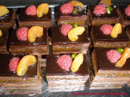 Brownie de chocolate con mandarina y frutos rojos relleno de mermelada acida. Receta