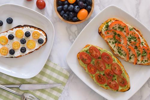 Receta de tostas o tostadas de boniato: un desayuno, aperitivo o cena sin pan, saludable y versátil