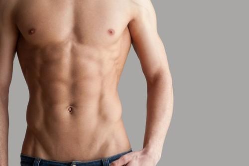 Entrena tus abdominales de pie con estos ejercicios