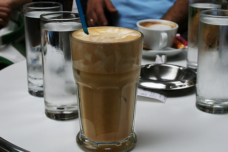 Tomando un café en Grecia