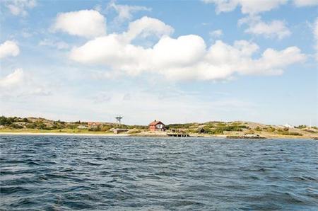 casa sueca con porche frente al lago