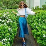 Faldas largas y midi que funcionan a la perfección con sandalias planas y camiseta blanca