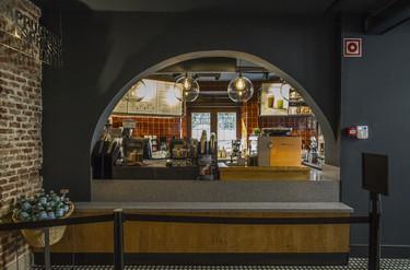 Fachada de madera, arcos y paredes de ladrillo visto en un nuevo y emblemático Starbucks en Madrid