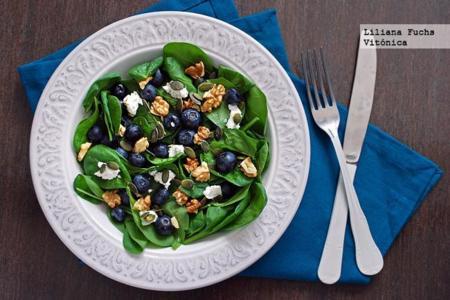 Ensalada de espinacas frescas con arándanos, nueces y queso. Receta saludable