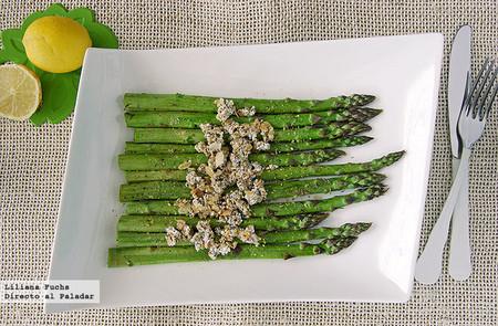 Espárragos verdes con crujiente de queso, semillas y almendras: receta saludable de guarnición o cena