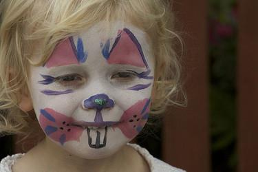 Cómo quitar el maquillaje de fantasía de la cara de los niños