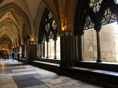 Alessandro Michele exorciza todas sus obsesiones por la cultura británica desfilando en la abadía de Westminster