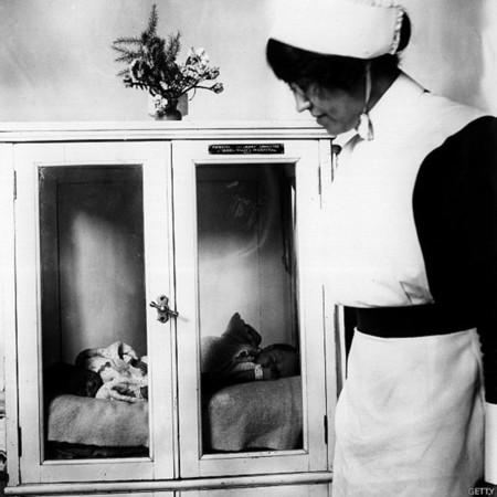 Cuando las incubadoras se exhibían en ferias... con el bebé dentro