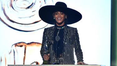 Beyoncé un auténtico icono de moda durante los CFDA Awards