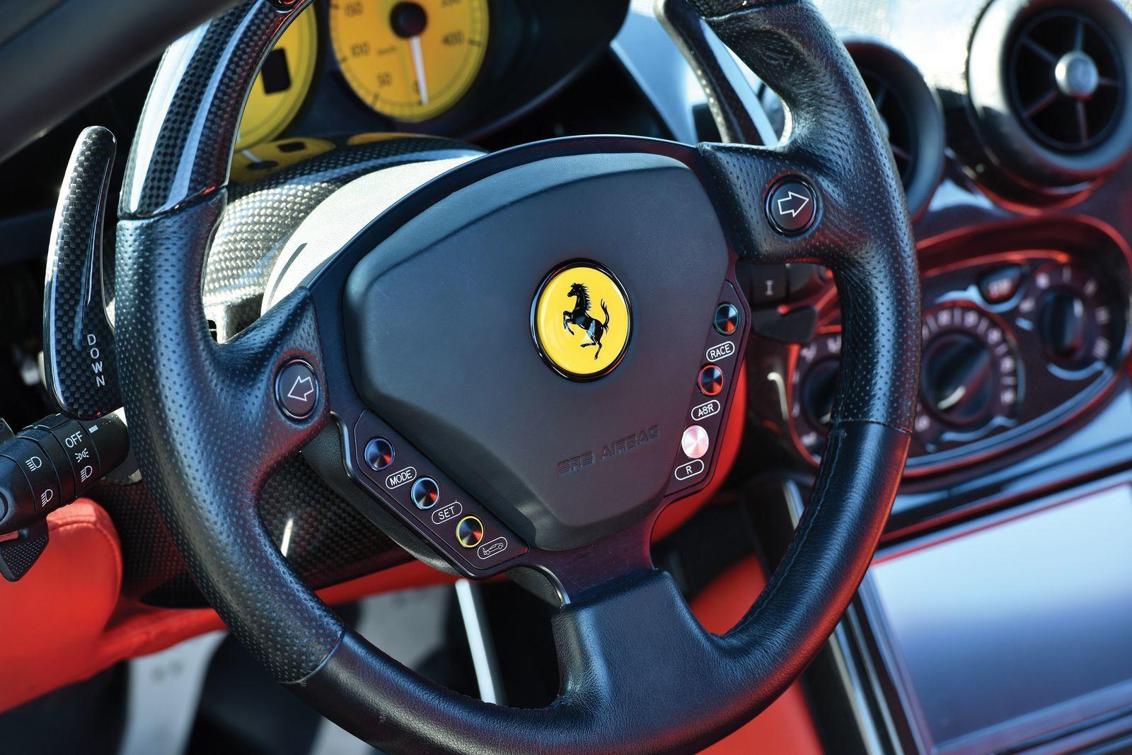 Foto de Ferrari Enzo subasta (14/27)