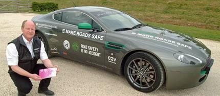 De Tokio a Londres en un Aston Martin V8 Vantage por una buena causa: hacer las carreteras más seguras