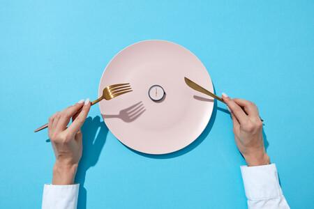 plato vacío con reloj