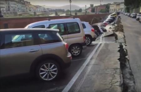 De cuando una fuga de agua se transforma un boquete con 20 autos en su interior