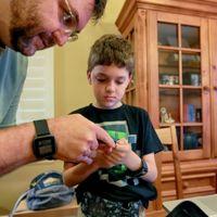 Este padre le cambió la vida a su hijo fabricándole un páncreas artificial