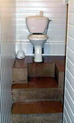 Un inodoro al que se accede por escaleras.
