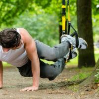 Flexiones de pecho en TRX con flexión de piernas