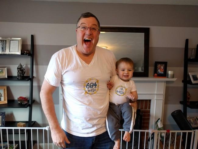 """Las divertidas camisetas """"a juego"""" de un abuelo y su nieto"""