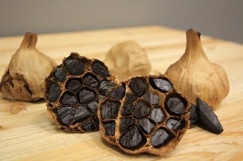 Todo sobre el ajo negro: propiedades, beneficios y su uso en la cocina