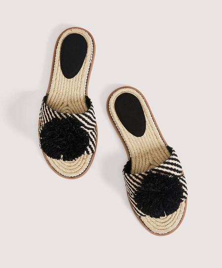 Sandalia trenzada pompón