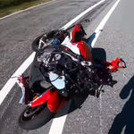 ¡Al suelo! El youtuber Max Wrist destroza su BMW S 1000 RR tras caerse haciendo un caballito a 100 km/h