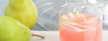 Cóctel Ponche de Pera burbujeante con vino Prosecco. Receta de bebida para Año Nuevo