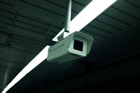 """Una cámara """"chivata"""": así es el sistema que ha ideado Motorola para que se cumplan las medidas de seguridad en la reapertura de tiendas"""