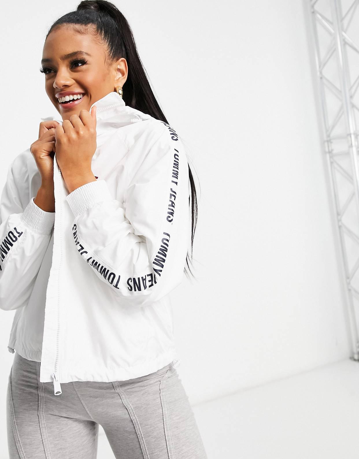 Cortavientos blanco con banda con logo en las mangas de Tommy Jeans