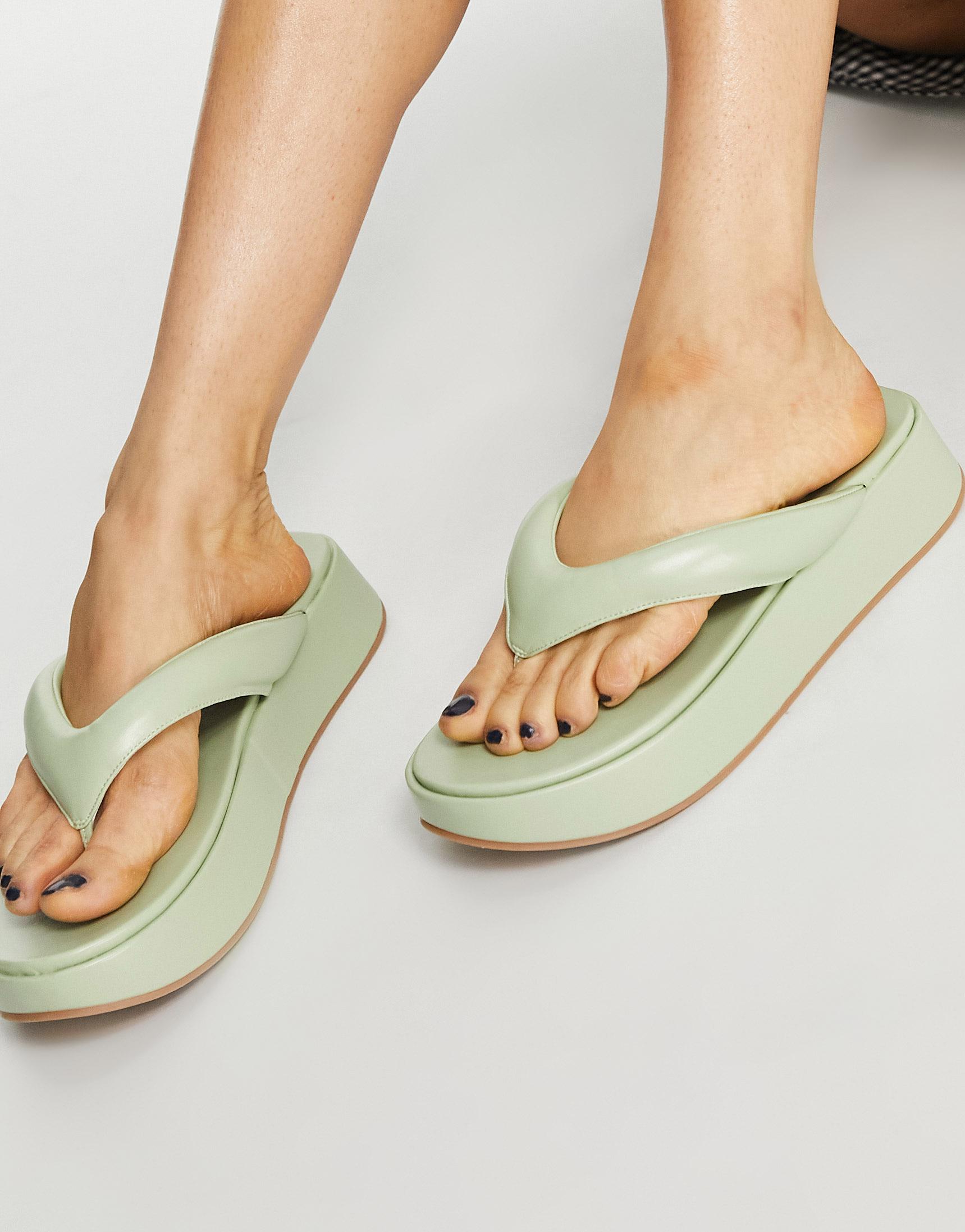Sandalias de dedo rosas o verdes con suela gruesa