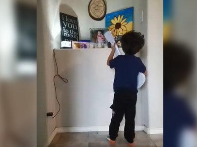 """Un niño rinde honor a la memoria de su hermana menor, cantándole """"Recuérdame"""" de la película 'Coco'"""