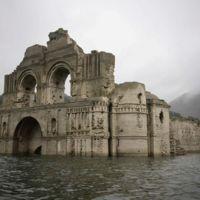 Una iglesia colonial del siglo XVI resurge de entre las aguas de un lago en México