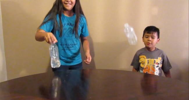 El reto de la botella o cómo la generación Z está volviendo locos a los adultos de medio mundo