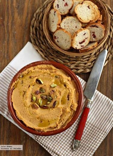 Hummus de pimiento del piquillo y pistachos. Receta de aperitivo