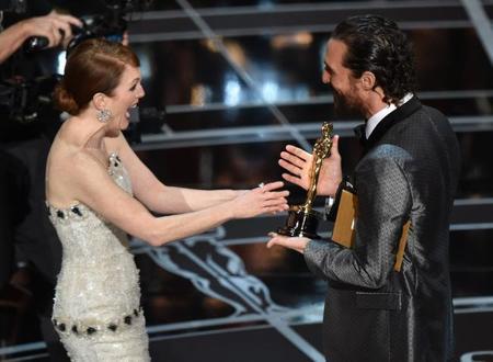 Julianne Moore recibe el Oscar de manos de Matthew McConaughey
